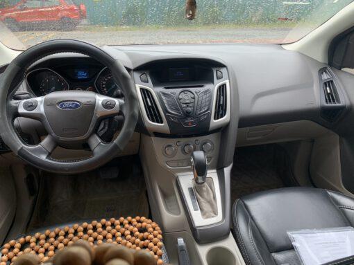 Khoang lái Ford Focus 1.6 Trắng 2012