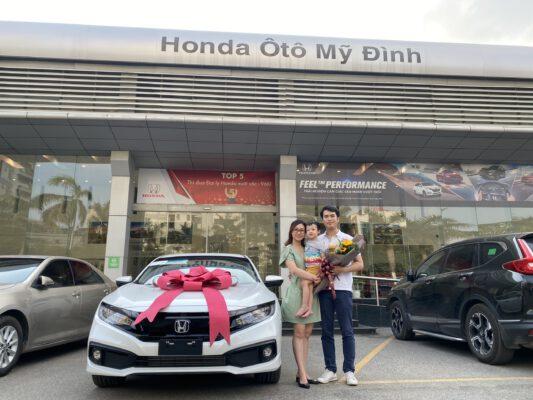 Già đình khách hàng nhận Honda Civic Rs Trắng tại Honda Mỹ Đình